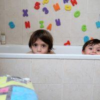 Así es nuestra hora del baño con 2 niños