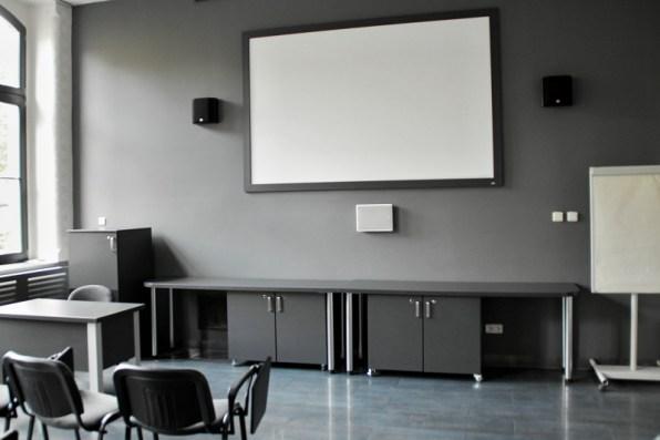 wnętrze sali multimedialnej, ekran nascianie iszafki