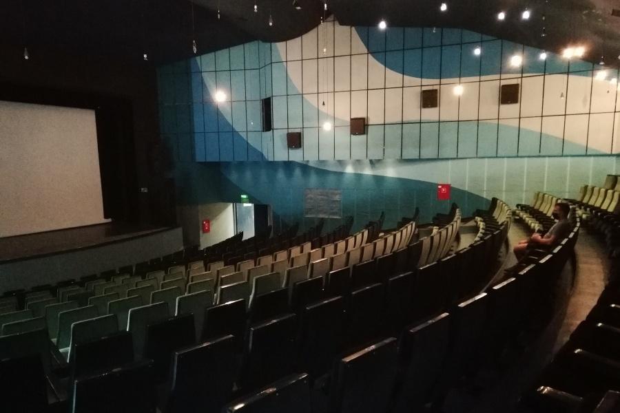 Zdjęcie wnętrza, pustej sali kinowej