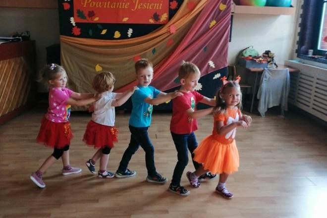 Dzieci tańczą świętując Powitanie Jesieni