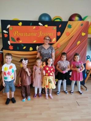 Zdjęcie grupowe dzieci znauczycielką