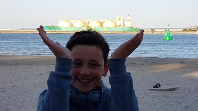 Chłopiec napierwszym planie, zanim morze
