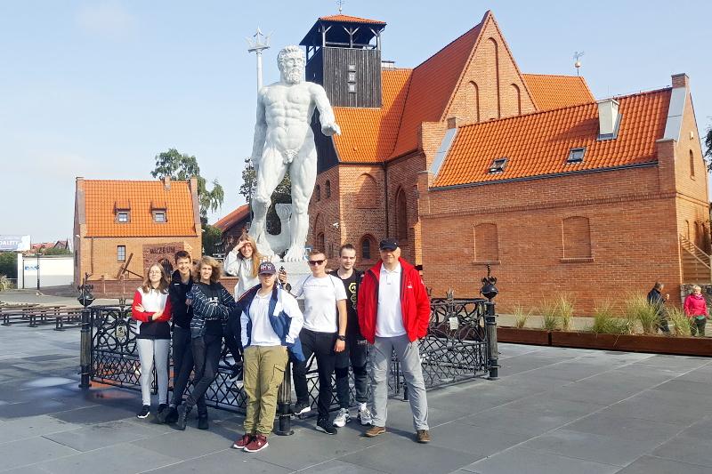 Członkowie Iwachty 7 osób wraz zopiekunem Darkiem przy pomniku Neptuna naHelu