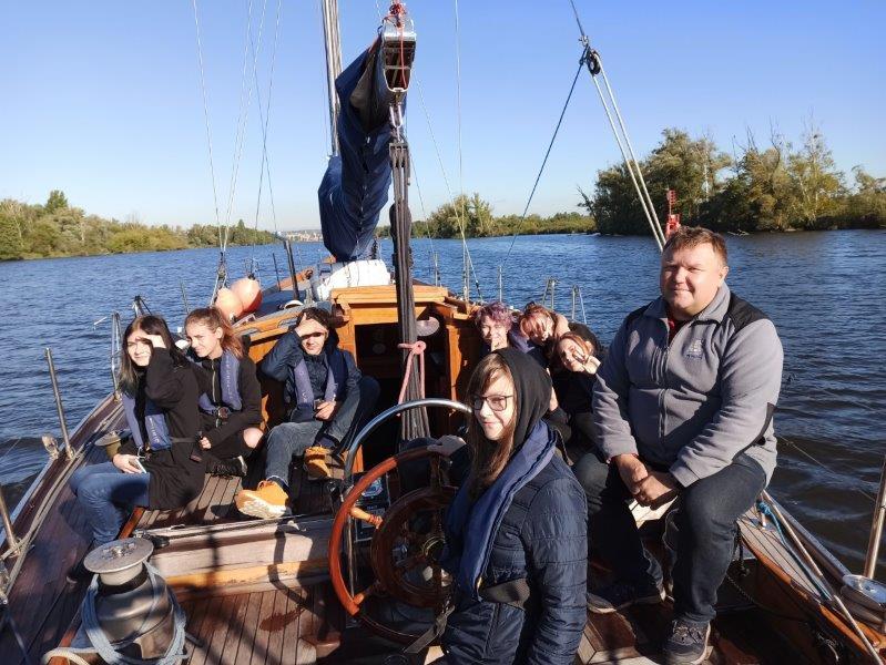 siedmioro uczniów SKEM Technikum Ekonomicznego wraz z kapitanem Wojtkiem Maleiką płynie na Darze Szczecina kanałem Jeziora Dąbie
