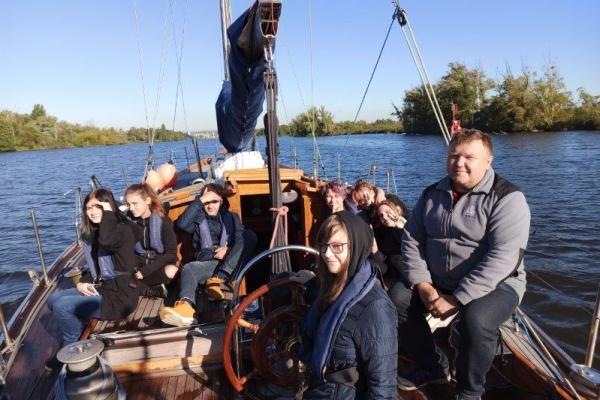 siedmioro uczniów SKEM Technikum Ekonomicznego wraz zkapitanem Wojtkiem Maleiką płynie naDarze Szczecina kanałem Jeziora Dąbie