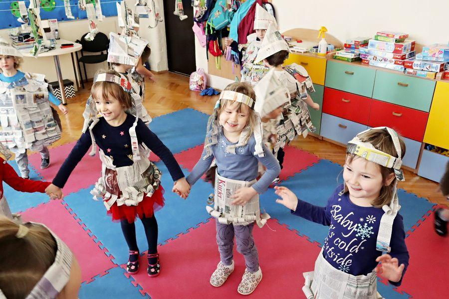 przedszkolaki wgazetowych strojach