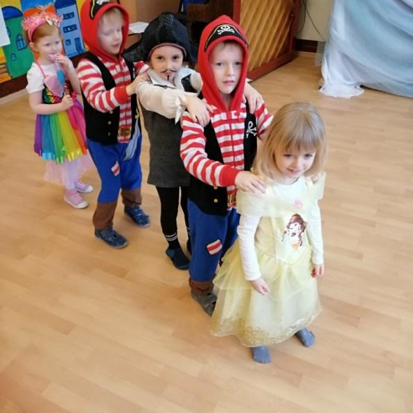 grupa dzieci wstrojach karnawałowych