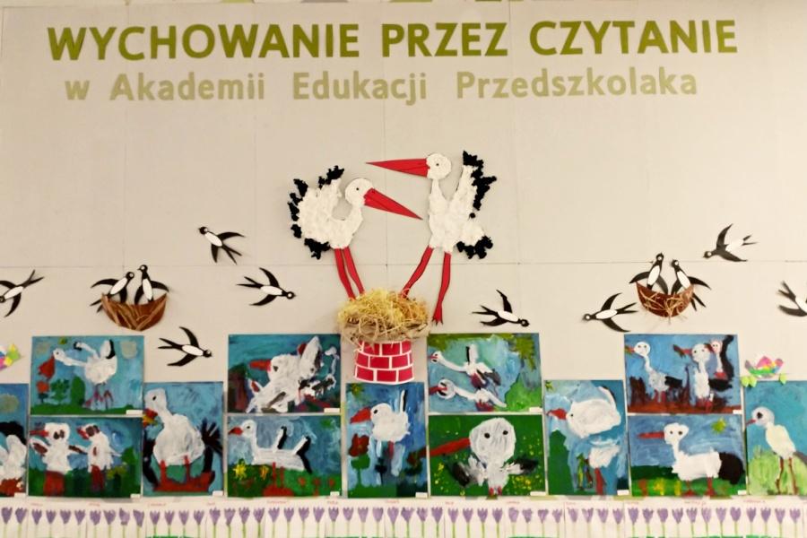 wystawa prac dzieci - portrety bocianów