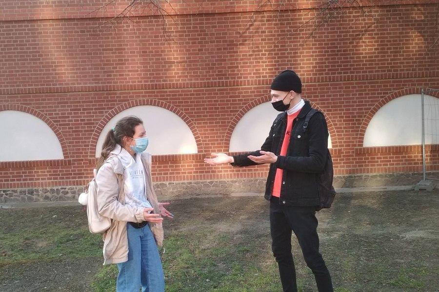 chłopak i dziewczyna w maseczkach podczas rozmowy