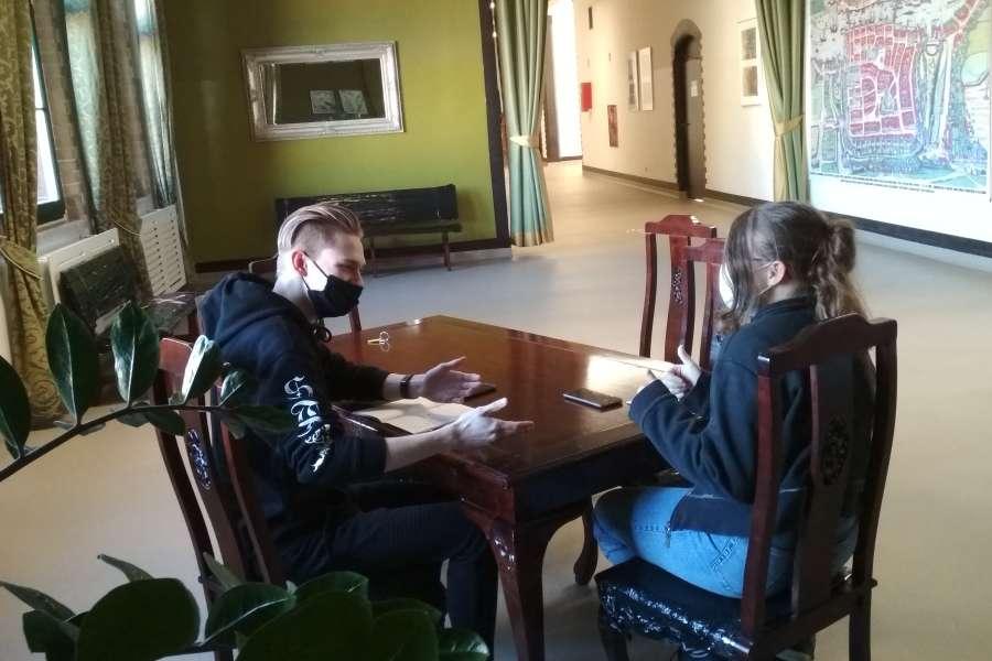 dwie osoby siedzące przy stole