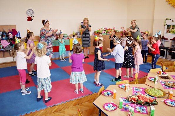 grupa przedszkolaków tańczy