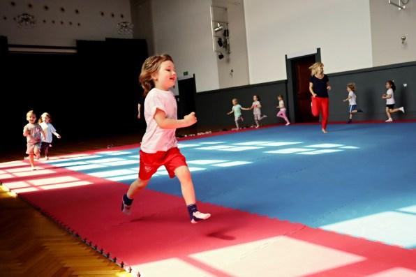 zajęcia nasali gimnstycznej, biegnąca dziewczynka