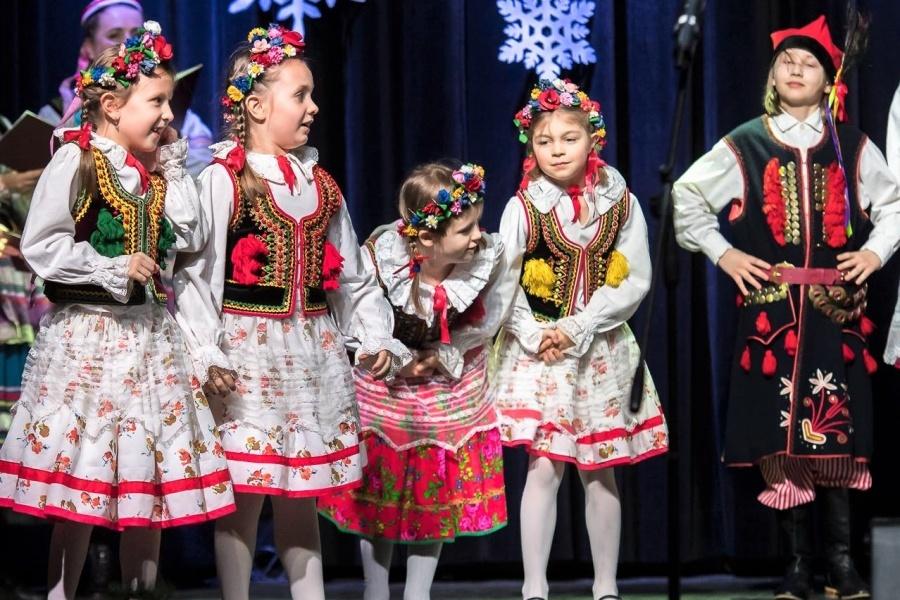 dzieci na scenie w strojach ludowych