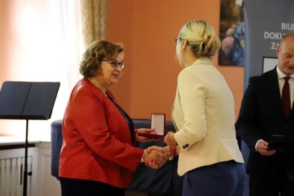 Dyrekto Pałacu Młodzieży odbiera honorową odznakę