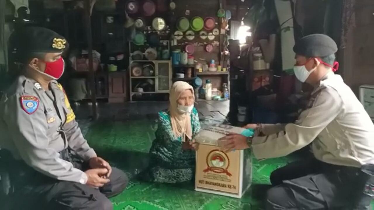 """Personil Polsek Kahayan Kuala giat Baksos Dalam Rangka Hari Bhayangkara Ke 74 """"Kamtibmas Kondusif masyarakat semakin Produktif""""."""
