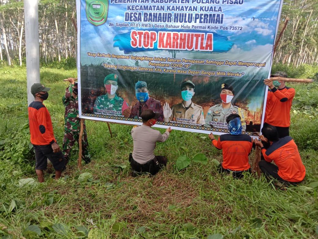 Antisipasi Karhutla, TNI-Polri dan Perangkat Desa Sinergi Lakukan Pemasangan Spanduk Stop Karhutla