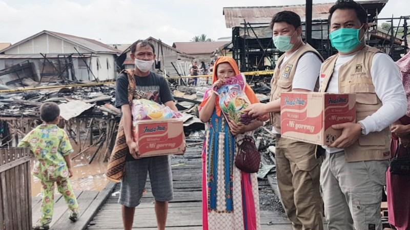 Relawan PKS Bantu Warga Korban Kebakaran Di Flamboyan Bawah