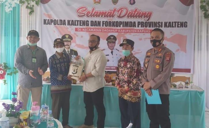 Kades Petak Batuah Terima Bantuan Beras Dari Kapolda Kalteng.