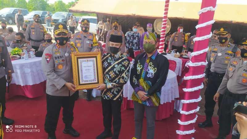 Bantu Pembangunan Polsek Jekan Raya, Walikota Palangka Raya dan Ketua DPRD Terima Penghargaan Kapolda Kalteng