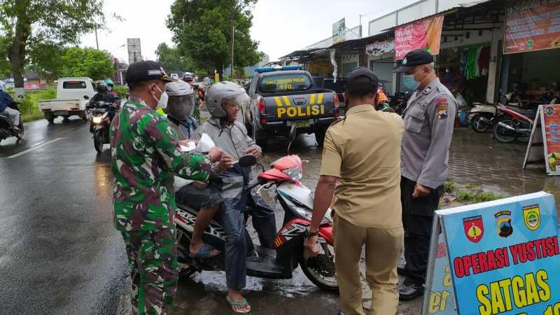 Para Pelintas jalan Raya Baki, berepa dihentikan karena tidak menggunakan masker