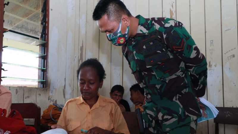 TNI PEDULI PENDIDIKAN JADI PERHATIAN, PRAJURIT PAMTAS YONIF 403/WP MENJADI GURU PENGGERAK DI WILAYAH PERBATASAN.