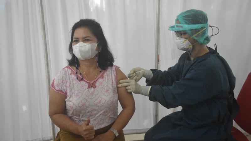 Ratusan lansia dan tenaga pendidik mendapat vaksinasi