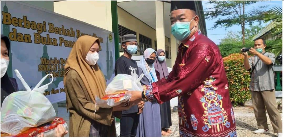 SMA Negeri 1 Palangkaraya, Drs. H. Arbusin, Bagi Sembako Di Bulan Ramadhan 1442 H