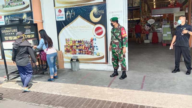 Tekan Angka Covid-19 Jelang Lebaran 2021 Babinsa Tipes Sasar PPKM Mikro di Lottemart