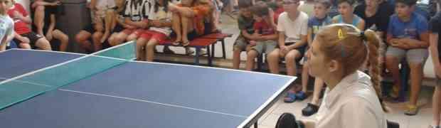 Giada Rossi al Palazen circondata dai bambini del Punto Sport