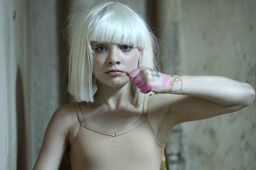 A bailarina Maddie Ziegler que já trabalhou com Sia em outras produções.