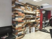 Pared con estanteria de madera para expo productos