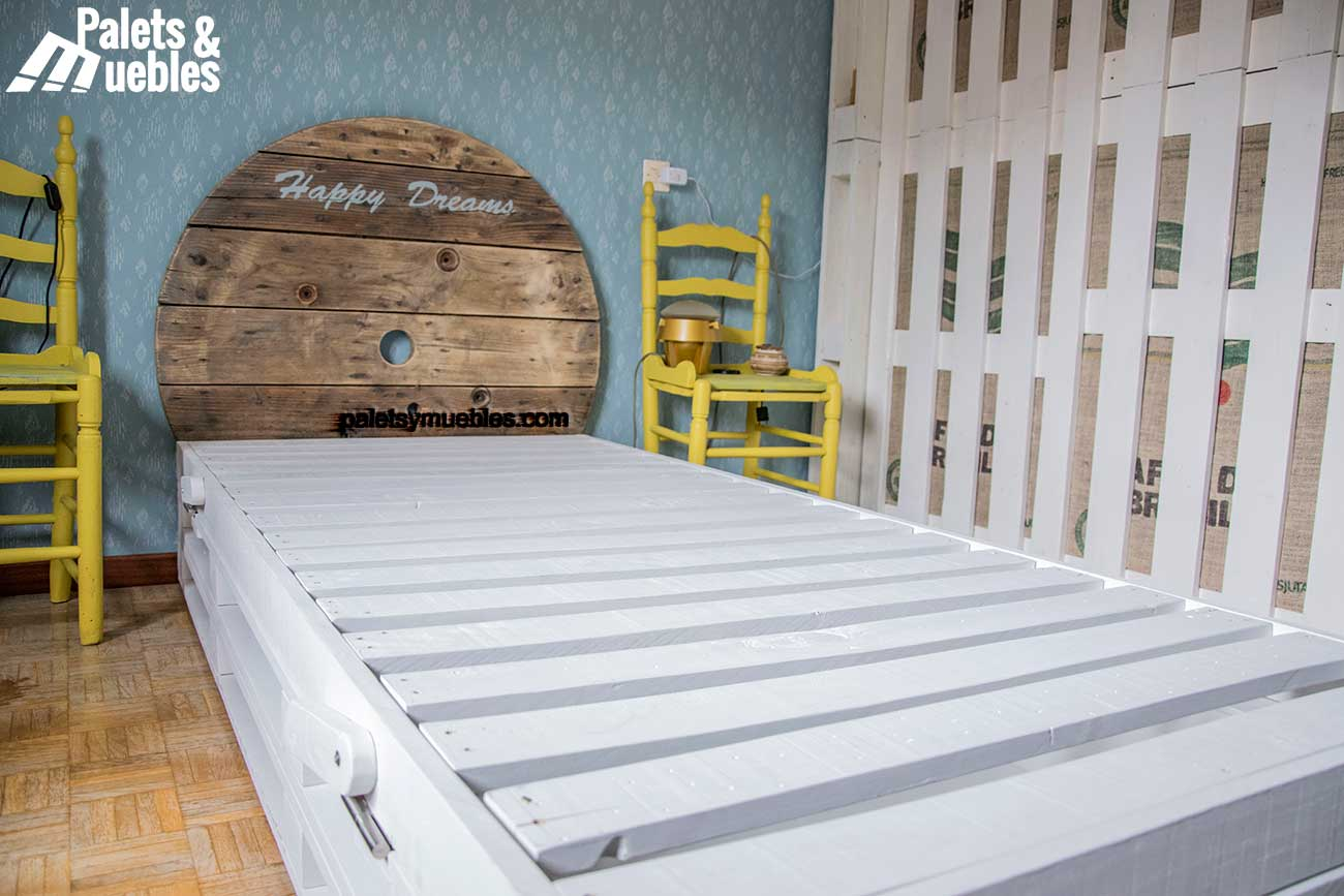 Dormitorio con palets y elementos reciclados palets y - Camas de palets ...