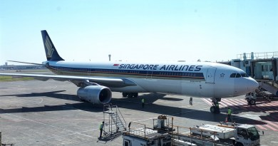surabaya airport boeing 777 singapore airlines