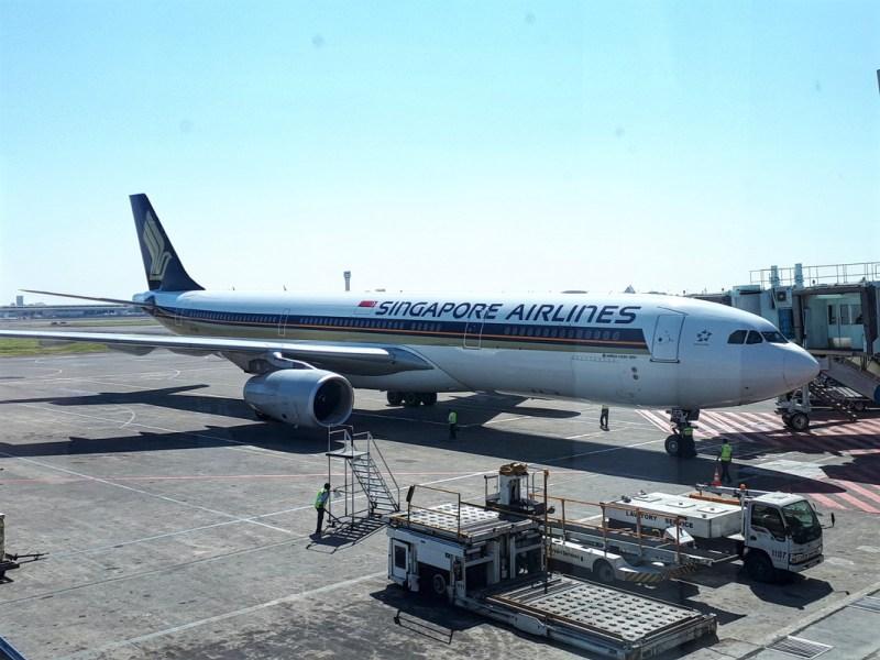 surabaya airport boeing 777 singapore airlines