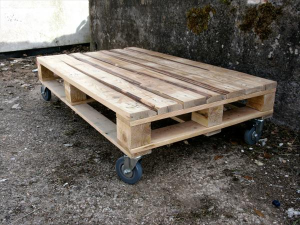 diy pallet low coffee table with wheels | pallet furniture plans