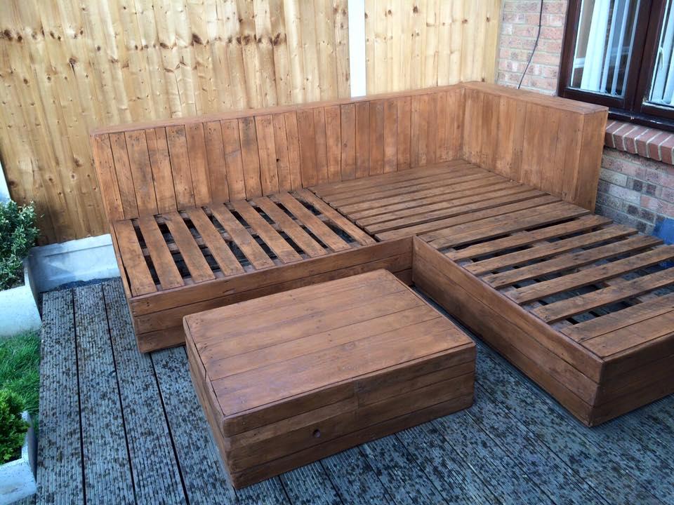 DIY Pallet Corner Sofa