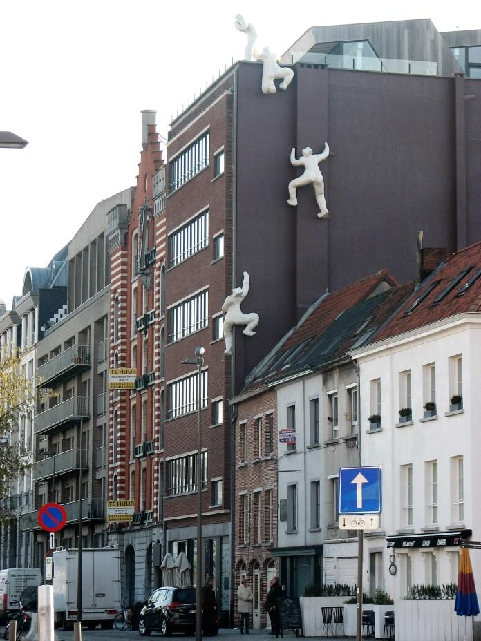 J'aime beaucoup les façades avec des petits bonshommes qui les escaladent
