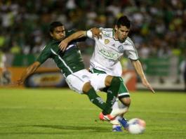 Marcelo Oliveira disputa bola contra o Icasa.