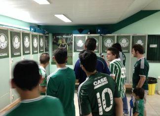 Torcedores visitam a Academia de Futebol.