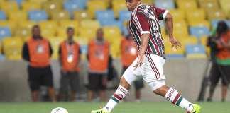 Walter toca a bola pelo Fluminense.