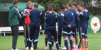 Gareca conversa com jogadores em treino.