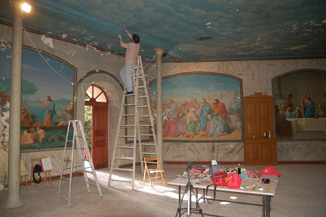 Анализы росписи живописи потолка. Работа реставратора в народной трапезной. © Иерусалимское отделение ИППО