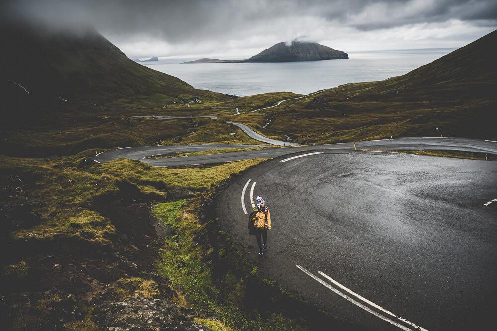 Mjørkadalur_frau_strasse_meer 🇫🇴Faroeisland Road Trip🇫🇴 Blog Landscape