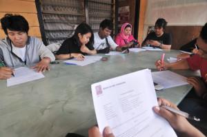 Sejumlah  wartawan mengikuti tes tertulis dalam rangka penerimaan anggota Aliansi Jurnalis Independen (AJI) di Palu, Sulawesi Tengah, Selasa (20/11).