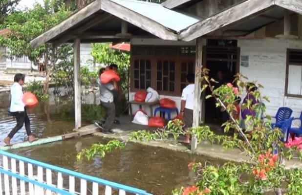 BANTUAN - Suasana penyerahan bantuan PT Bukaka untuk korban banjir sejumlah desa di sekitar Danau Poso. (Foto : Ryan Darmawan) - See more at: http://www.metrosulawesi.com/article/500-rumah-di-pinggir-danau-poso-terendam