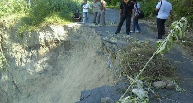 Jalan Longsor, Warga Desa Mire Terancam Terisolir