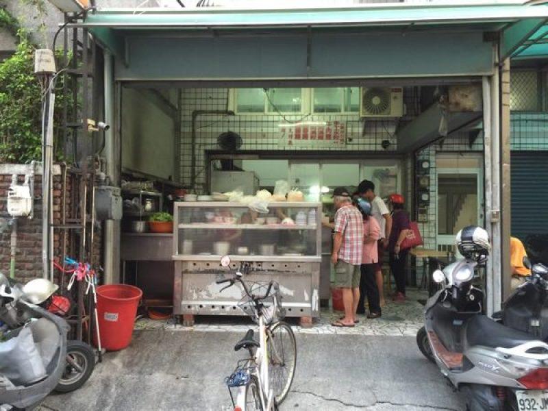 香香小吃的正門口,我在台南待了 14 年都沒變過裝潢
