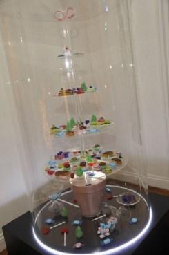 Muitos doces na árvore transparente de Zahia Dehar.