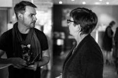 Jubileumsbokredaktör Larsson i samtal med en intresserad läsare.