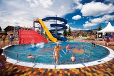 vonkajší bazén s tobogánmi